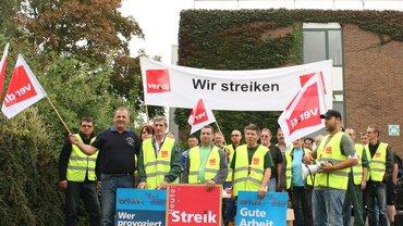Rund 70 der 180 Kolleginnen und Kollegen der Wellpappenfabrik GmbH in Grünstadt-Sausenheim haben am Montag, 15. September, für zwei Stunden die Arbeit niedergelegt.