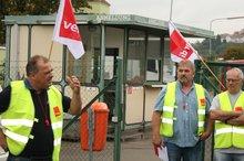 Betriebsratsvorsitzender Mario Klemm (links) forderte die Kolleginnen und Kollegen zu solidarischem Verhalten auf.