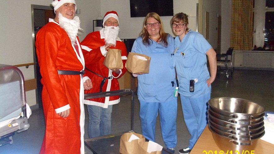 Bild mit Pflegepersonal und Nikoläusen
