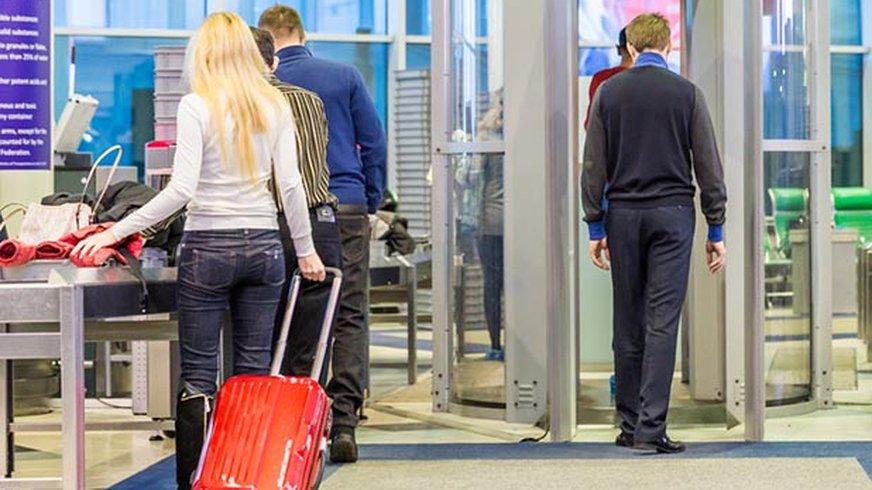 Menschen bei Flughafensicherheitskontrolle