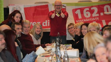 Streikkonferenz nach Dudweiler geladen. 184 Delegierte waren schließlich stimmberechtigt und hatten ihr Mandat dazu von 3.749 Kolleginnen und Kollegen erhalten.