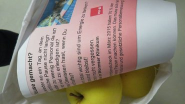 Bild einer Tasche mit Apfel und Flyer