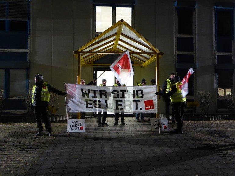 Bild von Streikenden bei Nacht