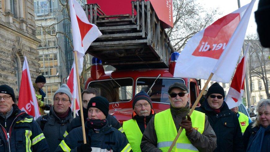 Feuerwehr bringt ver.di-Würfel zum Finanzminister