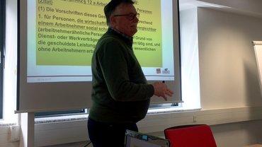 """Dietger Knott referiert zum Thema """"selbstständig - scheinselbstständig - arbeitnehmerähnlich"""" im Landesbezirk in Düsseldorf."""