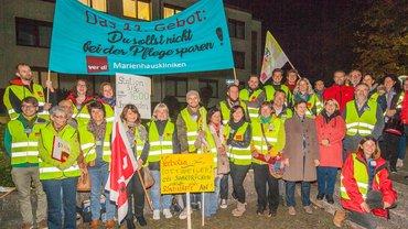 Streikende vor dem Krankenhaus in Ottweiler