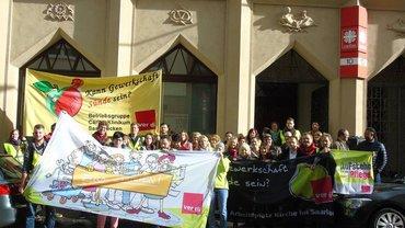 Streikende vor der Caritas