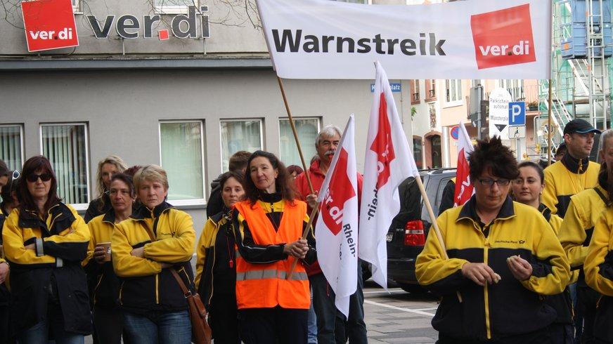 Warnstreik vor dem ver.di Gebäude in Mainz