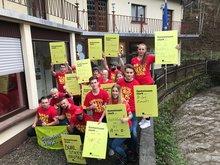 Die Auszubildenden der Niederlassung Brief Koblenz halten Schilder mit Forderungen hoch