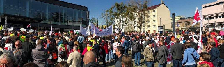 BIld der Streikenden auf dem Kundgebungsplatz