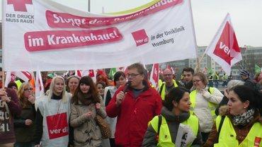 Während einer Demonstration der ver.di Betriebsgruppe im UKS. In der Mitte am Mikro Michael Quetting
