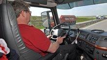 Lkw-Fahrer in seiner Faherkabine