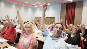 Mitglieder der öD-Bundestarifkommission stimmen ab.
