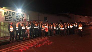 Bild der Streikenden vor dem Firmentor