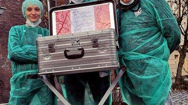 Bild von Aktivistinnen und Aktivisten mit Alu-Koffer