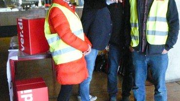Bei ver.di weiß immer jemand, wo es für die Kolleginnen und Kollegen hingeht. Hier zeigt Peter Krietemeyer den Weg. Weiter im Bild von links: Karin Dechert,  ver.di-Sekretärin, Klaus Hochwärther und Thomas Neubert, Vorsitzender BeamtInnenausschuß.