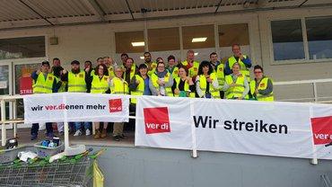 Streikende am Globus-Markt Kaiserslautern