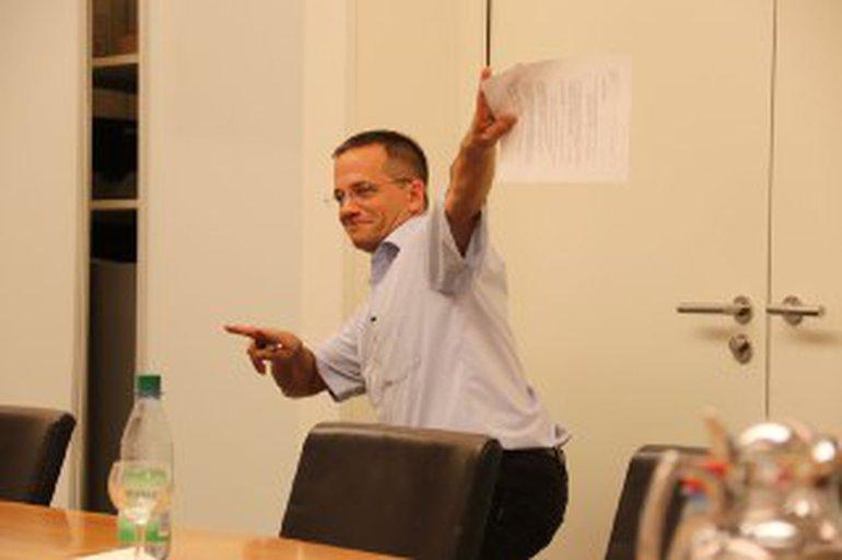 Der Fachbereichsleiter freut sich mit seinen Kolleginnen und Kollegen.