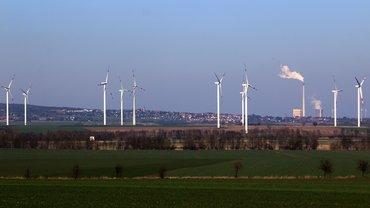 Windräder und Kohlekraftwerk bei Schöningen / Elm
