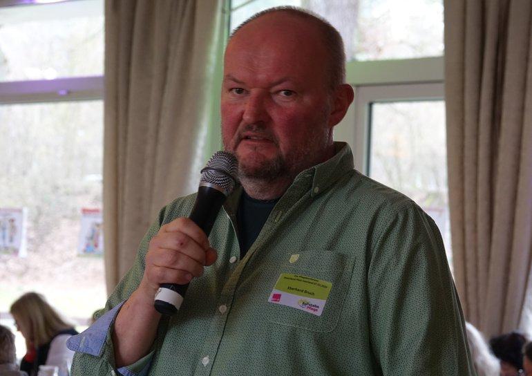 Der Pflegelehrer Eberhard Bruch moderierte die Diskussion mit großer Fachkenntnis und Humor