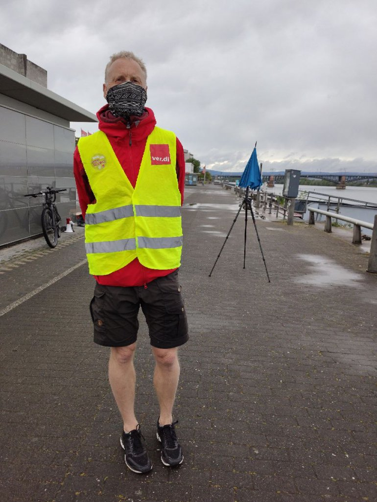 Vorschriftsmäßiges Warten bei Regen in Mainz auf das schnelle Schiff auf dem großen Fluss