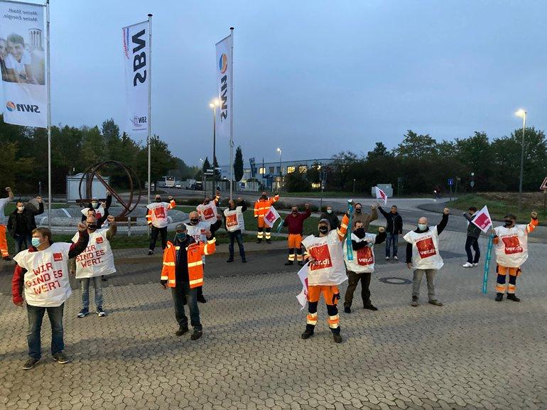 Abbildung verschiedener Personen beim Streik in Neuwied des Fachbereichs Ver- und Entsorgung