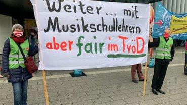 Streikende vor Rhein Mosel Halle