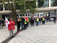 Streikende vor Rathaus