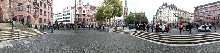 Menschenkette um das Rathaus in Saarbrücken