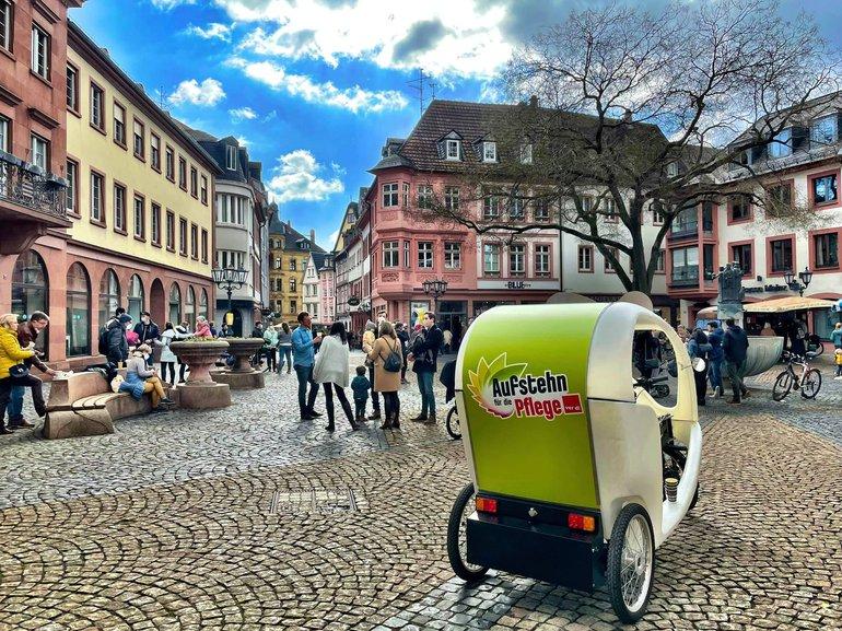 In Mainz wirbt eine Rischka den Pflegeaufstand Rheinland-Pfalz