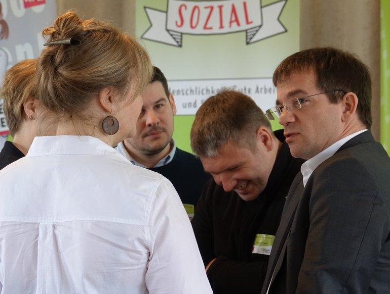 ver.di-Fachbereichsleiter Frank Hutmacher im Gespräch mit Pflegepersonen aus der Unimedizin Mainz