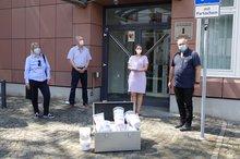 Von links nach rechts sind zu sehen: Dunja Maurer, Michael Blug, Agneta Psczolla, Volker Euskirchen bei der Übergabe der Mäuse für die klammen Kommunen.