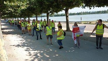 Aufstellung Streikende am Rheinufer